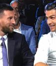 Lionel Messi y Cristiano Ronaldo sonríen durante la gala de la Uefa que se llevó a cabo este jueves en Mónaco. (Foto Prensa Libre: Transmisión streaming de la UEFA)