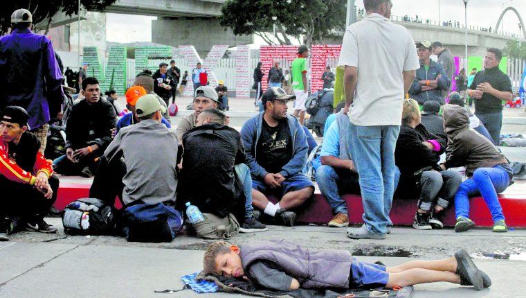 Solicitantes de asilo en Tijuana, México. Ese alivio migratorio  pueden solicitarlo quienes sufren persecución por religión, nacionalidad, opinión política y miembro de un grupo particular o social. (Prensa Libre: EFE)