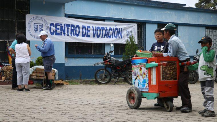 Un vendedor de helados espera por compradores afuerta de un centro de votación en Huehuetenango. (Foto Prensa Libre: Mike Castillo)