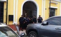 Autoridades durante los cateos en la comuna de Escuintla por posible acto de corrupción. (Foto Prensa Libre: Enrique Paredes)