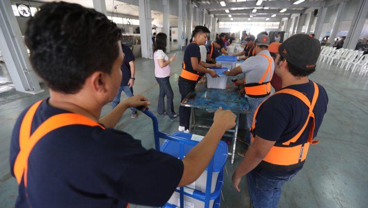 Tribunal Supremo Electoral embala las papeletas que se usarán en la segunda vuelta del 11 de agosto 2019. (Foto Prensa Libre:)