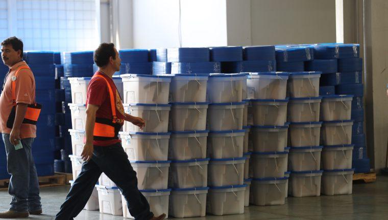 El TSE avanza en el embalaje de material electoral. (Foto Prensa Libre: Hemeroteca PL)
