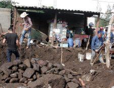 Las casas quedaron soterradas, hasta un metro de tierra y rocas quedó dentro de las viviendas. Fotografía: María Reneé Barrientos Gaytan