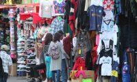 El 70% de la población económicamente activa está empleada en el sector informal y eso es una debilidad, según el informe de Moody´s. (Foto Prensa Libre: Hemeroteca)