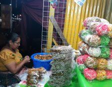 Vendedores ultiman detalles para recibir a visitantes a la Feria de Jocotenango. Fotografía Prensa Libre: Andrea Domínguez