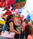 Un bebé explotó en emoción al ver al Chavo del 8 en un globo gigante. Fotografía Prensa Libre: Juan Diego González