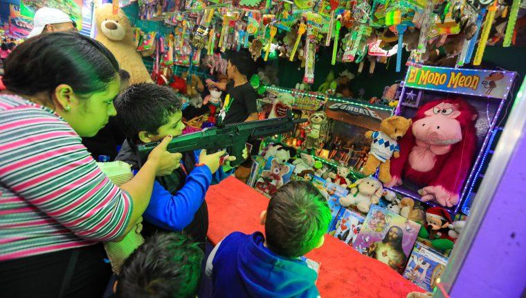 Las distintas ferias barriales y patronales han quedado canceladas debido al coronavirus y miles de comerciantes se han quedado sin su sustento diario. (Foto Prensa Libre: Hemeroteca)