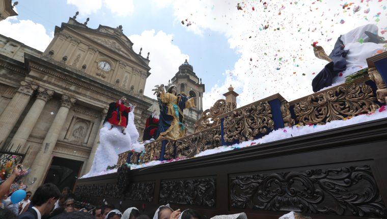Procesión de la Virgen de la Asunción sale de Catedral Metropolitana. Fotografía Prensa Libre: Antonio Jiménez