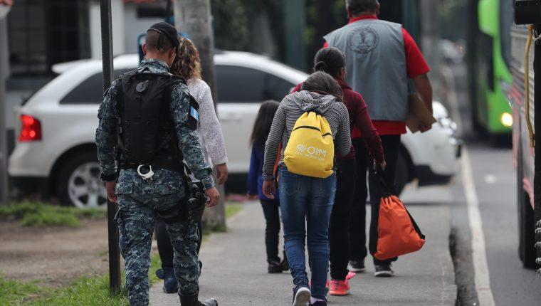 Un grupo de deportados caminan sobre la avenida Hincapié, en la zona 13. luego de ser expulsados de EE. UU.  (Foto Prensa Libre: Hemeroteca PL)