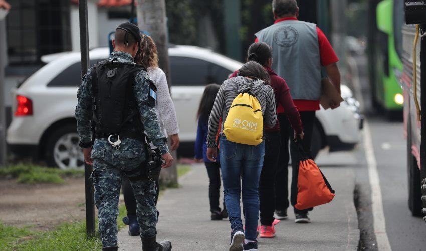 Deportados caminan sobre la avenida Hincapié luego de retornar a Guatemala. Los guatemaltecos regresan con conocimientos adquiridos en EE. UU., pero ninguna entidad de Gobierno los auxilia. (Foto Prensa Libre: Hemeroteca PL)