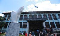 MINA FƒNIX, NêQUEL. Trabajadores de la Mina FŽnix en el Estor Izabal, se hicieron presentes a la Corte de Constitucional junto a representantes de la Compa–'a Guatemalteca de N'quel, para manifestarse por el cierre de la mina. As' mismo, l'deres de m‡s de 100 comunidades de El Estor Izabal, pretend'an entregar una serie de expedientes en la Corte de Constitucionalidad que demuestran que las consultas del 2005 y 2018 si se llevaron a cabo. En la imagen, trabajadores de la Mina FŽnix postrados en la Corte de Constitucionalidad.  Juan Diego Gonz‡lez.  200819