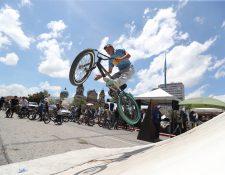 Jóvenes practican deporte extremo en la Plaza de la Constitución. Fotografía Prensa Libre.: Erick Avila