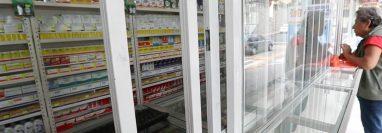 El personal para velar la venta de antibióticos sea bajo receta es escaso. Son ocho persona para supervisar más de 6 mil farmacias. (Foto Prensa Libre: Hemeroteca PL)