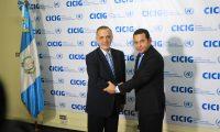 Apretón de manos entre Iván Velásquez y Jimmy Morales el 28 de agosto del 2015. (Foto Prensa Libre: Hemeroteca PL)