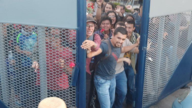 Luego de 30 días de permanecer tomada la Universidad de San Carlos, este es el momento en que estudiantes abren las puertas principales que conectan hacia el periférico . Foto Prensa Libre/ Andrea Domínguez