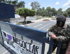 Estudiantes de la Universidad de San Carlos tomaron las instalaciones de la zona 12 para protestar contra supuestos hechos de privatización de dicha casa de estudios. ((Foto Prensa Libre: Hemeroteca PL).