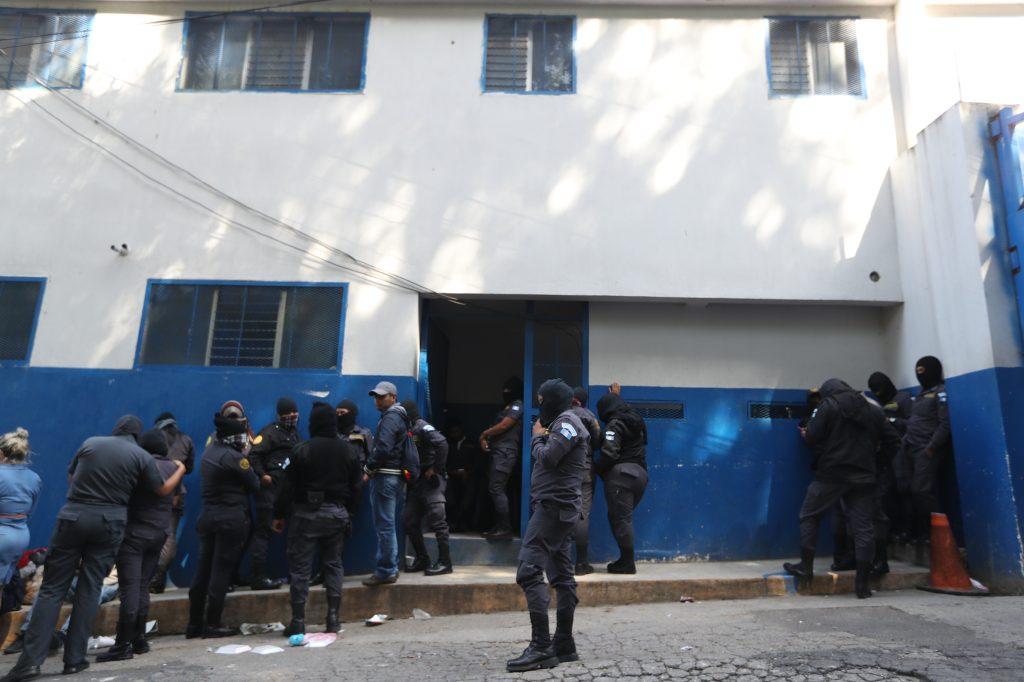 Los agentes esperaron más de ocho horas a que se presentara alguna autoridad para mediar con ellos. Foto Prensa Libre: Óscar Rivas