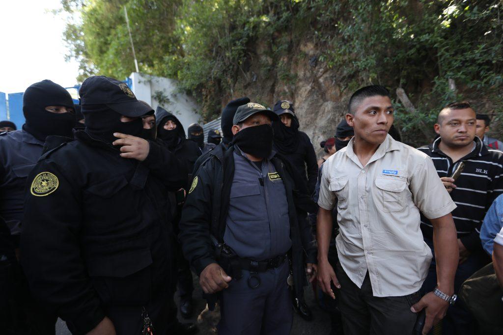 A las 9:30 de la mañana llegó al lugar una comitiva para anunciar el arribo del director del Sistema Penitenciario. Foto Prensa Libre: Óscar Rivas