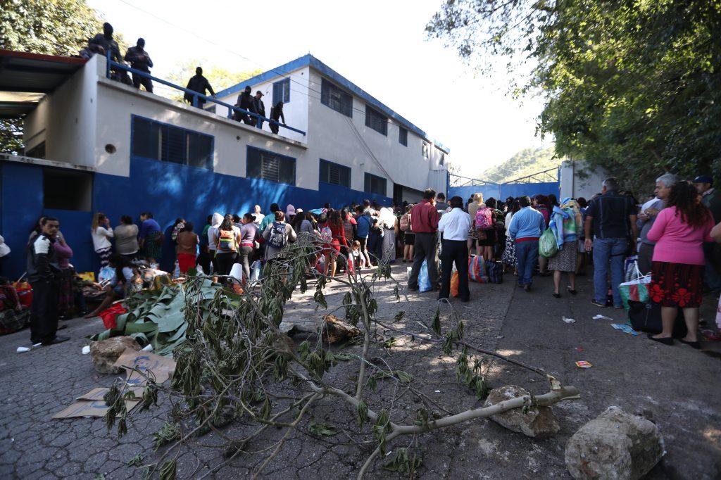 Ramas y piedras cubrían el ingreso al Preventivo de la zona 18. Foto Prensa Libre: Óscar Rivas
