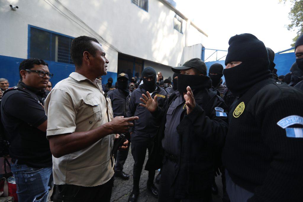 El personal de seguridad del Director del Sistema Penitenciario les solicita audiencia a los agentes en el lugar. Foto Prensa Libre: Óscar Rivas