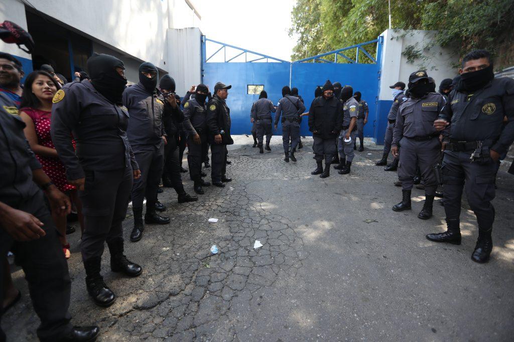 Los agentes hacen una valla y garantizan el ingreso del Director del Sistema Penitenciario, Camilo Morales. Foto Prensa Libre: Óscar Rivas