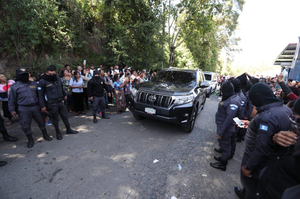 El vehículo que traslada al director del Sistema Penitenciario ingresa al complejo carcelario. Foto Prensa Libre: Óscar Rivas