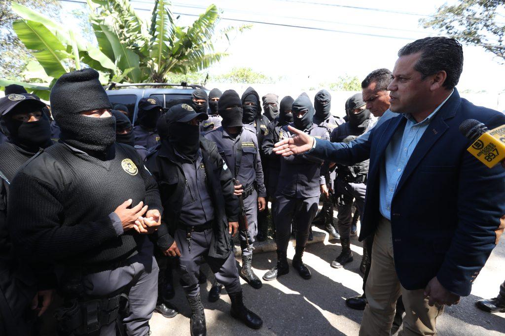 Camilo Morales dialoga con los guardias y les indica que el aumento de mil quetzales será entregado en octubre. Foto Prensa Libre: Óscar Rivas