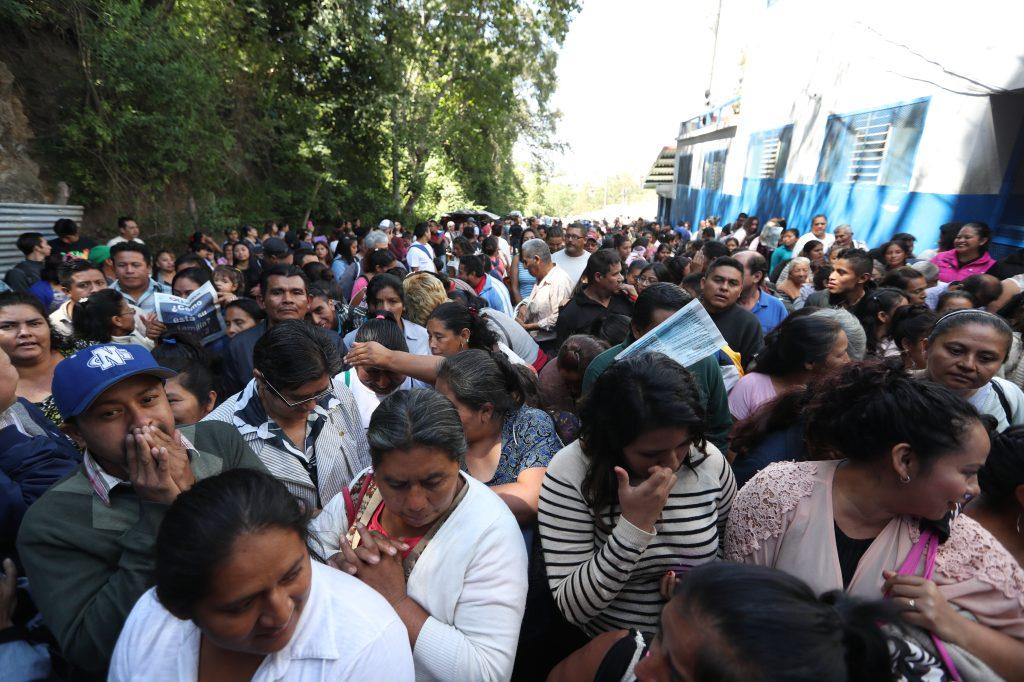 Las personas que esperaban visitar a los privados de libertad esperaron afuera del portón de ingreso. Foto Prensa Libre: Óscar Rivas