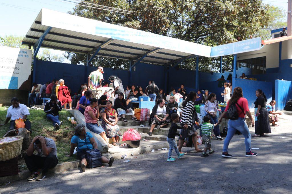 La visita llegó al lugar desde las cinco de la mañana. Foto Prensa Libre: Óscar Rivas