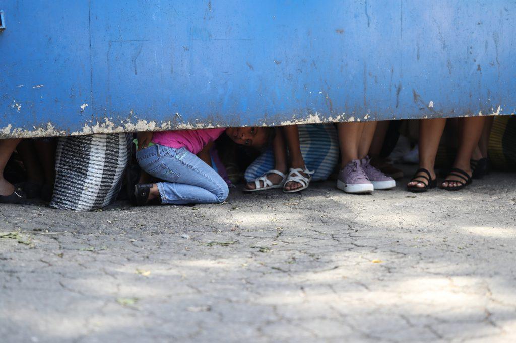Algunos niños que acompañaban a la visita intentaban observar lo que pasaba dentro del complejo carcelario. Foto Prensa Libre: Óscar Rivas