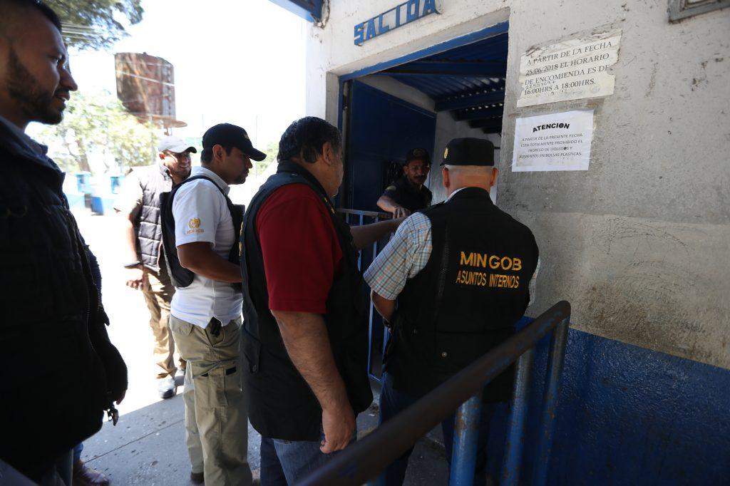 Por último las personas de Asuntos Internos ingresaron al presidio para verificar que el otro turno de guardias estuviera trabajando. Foto Prensa Libre: Óscar Rivas