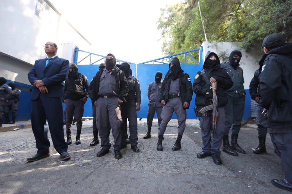 Los agentes esperaron frente al portón de ingreso al presidio a que se presentara alguna autoridad. Foto Prensa Libre: Óscar Rivas