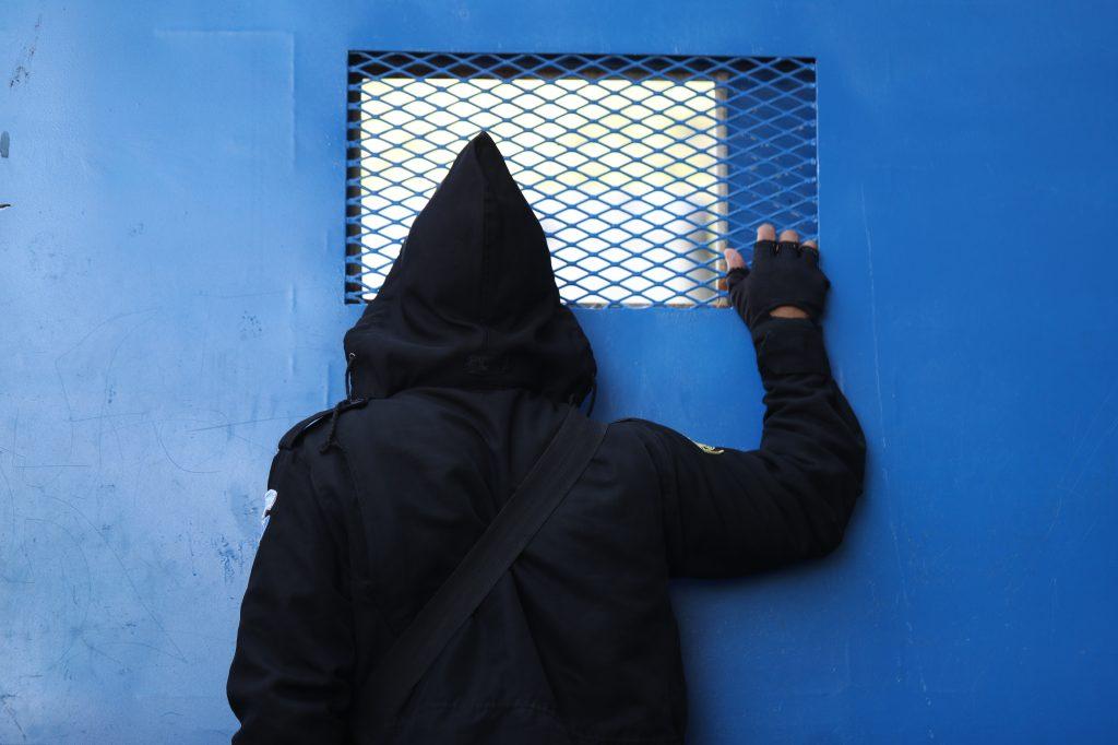 Según indican los agentes, se les trata muy mal y en los traslados deben compartir vehículos y espacios con los pandilleros arriesgando su vida. Foto Prensa Libre: Óscar Rivas