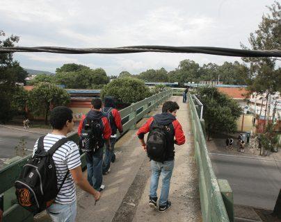 Usuarios de la pasarela sobre la calzada San Juan y 32 avenida solicitan que los cables de energía eléŽctrica sean retirados debido a que la altura en la que están colocados representa un peligro para las personas que cruzan por dicha pasarela.  Foto: Alvaro Interiano.