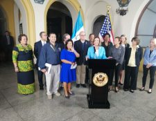 Nancy Pelosi y la delegación que la acompañó brindan conferencia de prensa luego de terminar su visita en Guatemala. (Foto Prensa Libre: María Renee Barrientos).