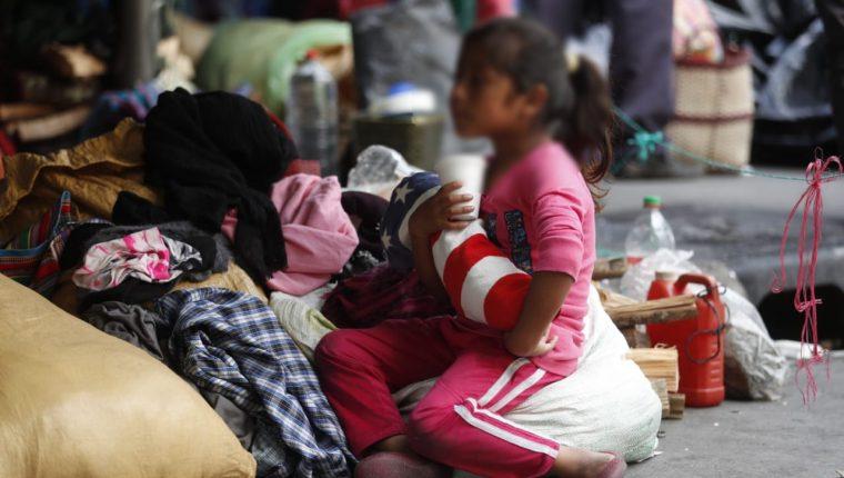 Emelyn Huinil es una de los 123 niños que acampan frente a casa presidencial para pedir tierras para vivir. (Foto Prensa Libre: Esbisn García).