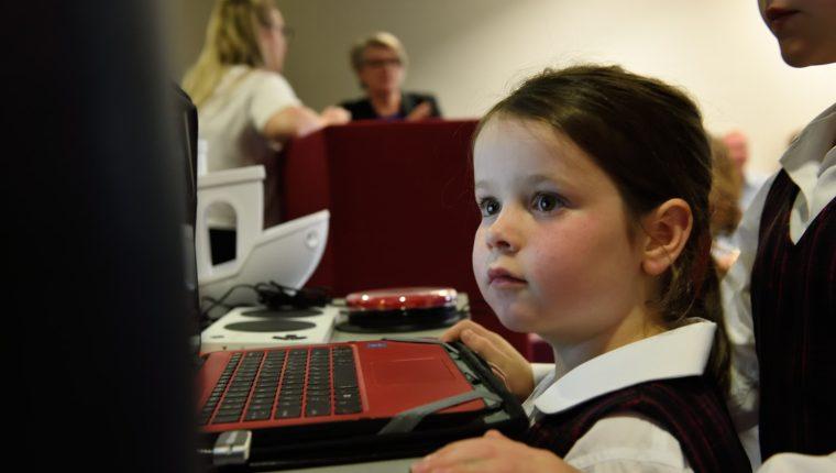 En esta época el acceso a Internet de los niños debe formar parte de la educación no solo de las instituciones como escuelas y colegios, sino también de los padres. (Foto Prensa Libre: Servicios)
