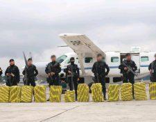 Agentes de la PNC resguardan la droga que fue incautada en Petén el sábado último. (Foto Prensa Libre: Cortesía)