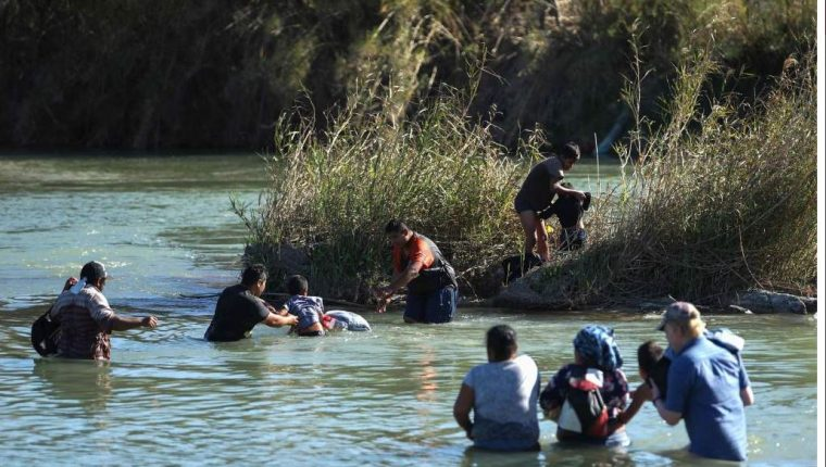 Las duras medidas contra la inmigración no han persuadido a familias enteras que cruzan a diario el Río Bravo. (Foto: AFP)