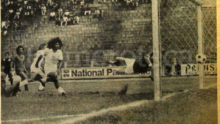 Óscar Sánchez anota en un partido entre Comunicaciones y Xelajú MC en 1979. (Foto Prensa Libre. Hemeroteca PL)