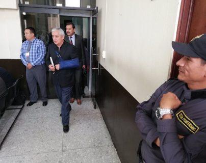 El expresidente Otto Pérez Molina, ingresa a la sala de audiencia al estar señalado de actos de corrupción. (Foto Prensa Libre: Kenneth Monzón).