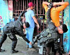 La PNC reitera que un agente no puede registrar los bolsillos de quienes son revisados. (Foto Prensa Libre: Hemeroteca PL)