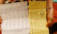Un afectado de la provincia muestra cómo lleva el control de las cuotas. (Foto Prensa Libre).