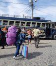 Usuarios que de Antigua Guatemala se dirigen a la capital buscan algún medio de transporte para llegar a su destino. (Foto Prensa Libre: Julio Sicán).