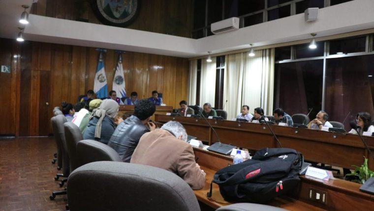Autoridades y líderes estudiantiles de la Usac discutieron anoche una salida a la crisis y así abrir sus puertas.  (Foto Prensa Libre: Cortesía)
