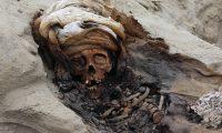 Uno de los 227 restos de niños dados en sacrificio por la cultura Chimu, Perú. (Foto Prensa Libre: AFP)