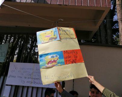 Alumnos del Cunoc se expresaron pro medio de cárteles. (Foto Prensa Libre: María Longo)