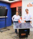 La pareja posa junto a su último proyecto, la Ekoplanta, la cual utiliza luz solar para generar electricidad. (Foto Prensa Libre: Carlos Paredes)