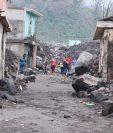 La comunidad San Miguel Los Lotes, en El Rodeo, Escuintla, quedó sepultada bajo toneladas de Tocas y arena volcánica. (Foto Prensa Libre: Carlos Paredes)