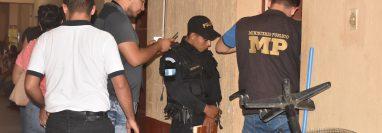 Agentes  de la PNC y peritos del MP ingresan al centro de Salud para revisar y empezar una investigación. (Foto Prensa Libre: Mario Morales)